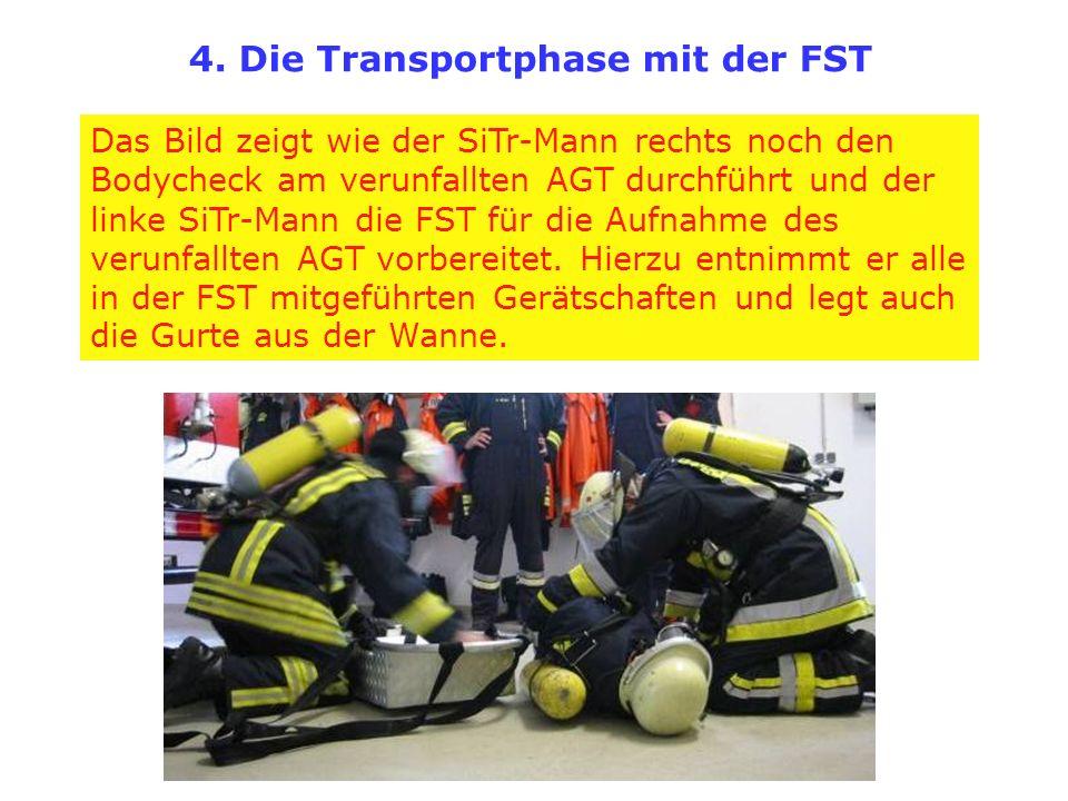 Das Bild zeigt wie der SiTr-Mann rechts noch den Bodycheck am verunfallten AGT durchführt und der linke SiTr-Mann die FST für die Aufnahme des verunfa