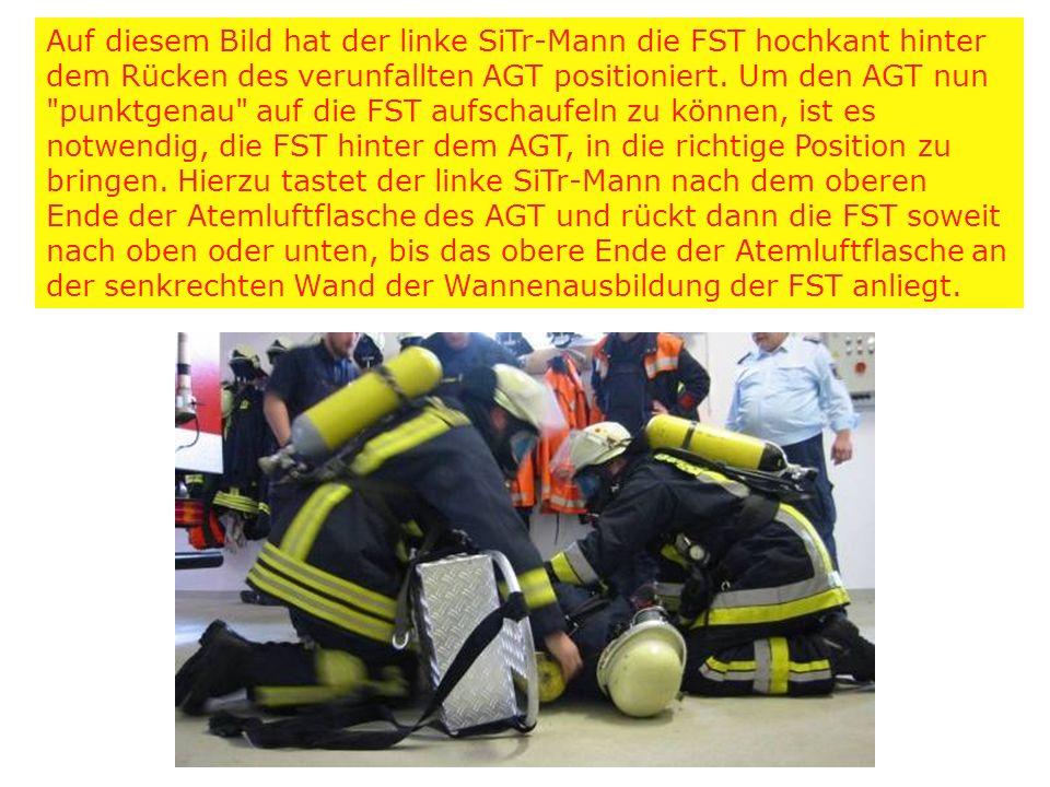 Auf diesem Bild hat der linke SiTr-Mann die FST hochkant hinter dem Rücken des verunfallten AGT positioniert. Um den AGT nun