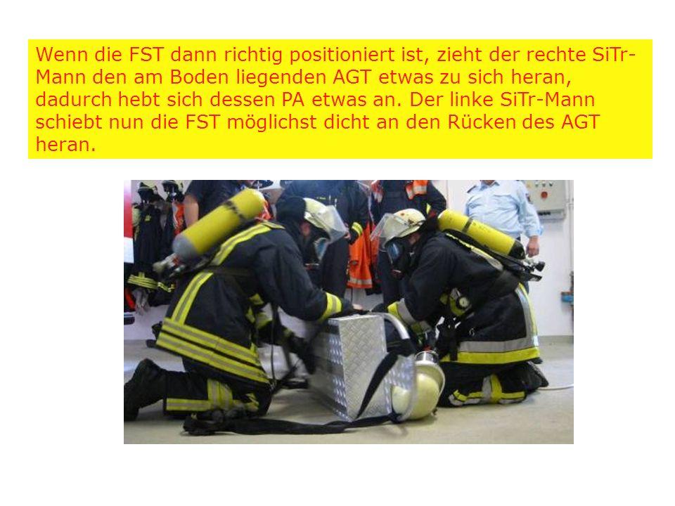 Wenn die FST dann richtig positioniert ist, zieht der rechte SiTr- Mann den am Boden liegenden AGT etwas zu sich heran, dadurch hebt sich dessen PA et