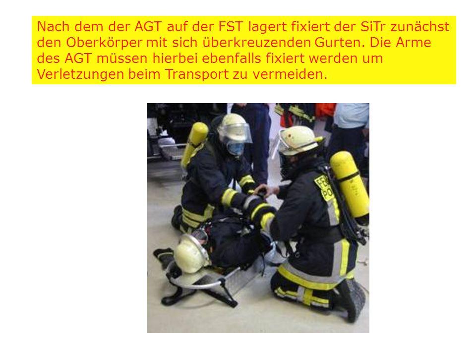 Nach dem der AGT auf der FST lagert fixiert der SiTr zunächst den Oberkörper mit sich überkreuzenden Gurten. Die Arme des AGT müssen hierbei ebenfalls