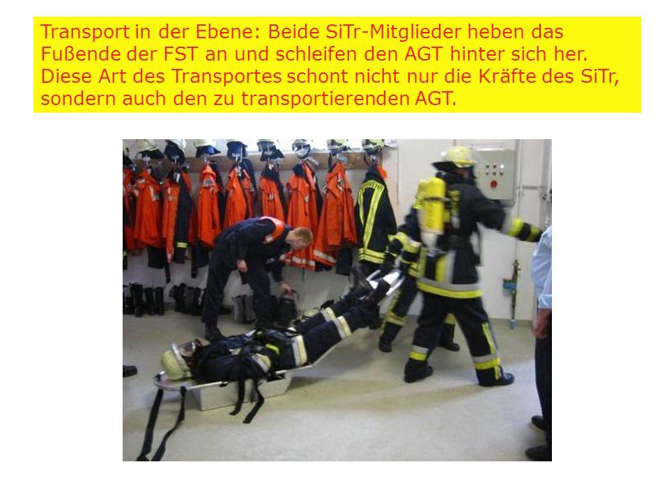 Transport in der Ebene: Beide SiTr-Mitglieder heben das Fußende der FST an und schleifen den AGT hinter sich her. Diese Art des Transportes schont nic