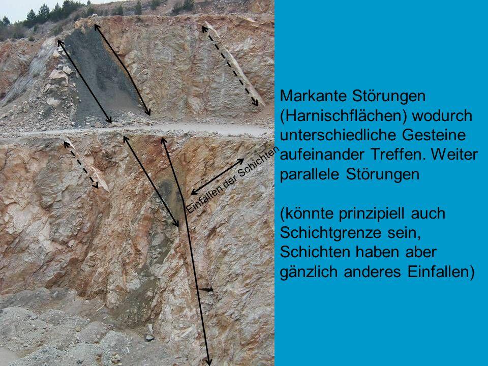 Markante Störungen (Harnischflächen) wodurch unterschiedliche Gesteine aufeinander Treffen. Weiter parallele Störungen (könnte prinzipiell auch Schich