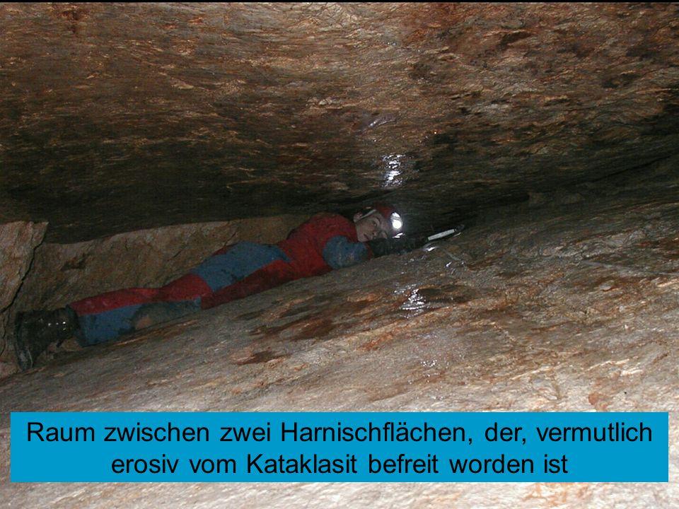 Raum zwischen zwei Harnischflächen, der, vermutlich erosiv vom Kataklasit befreit worden ist