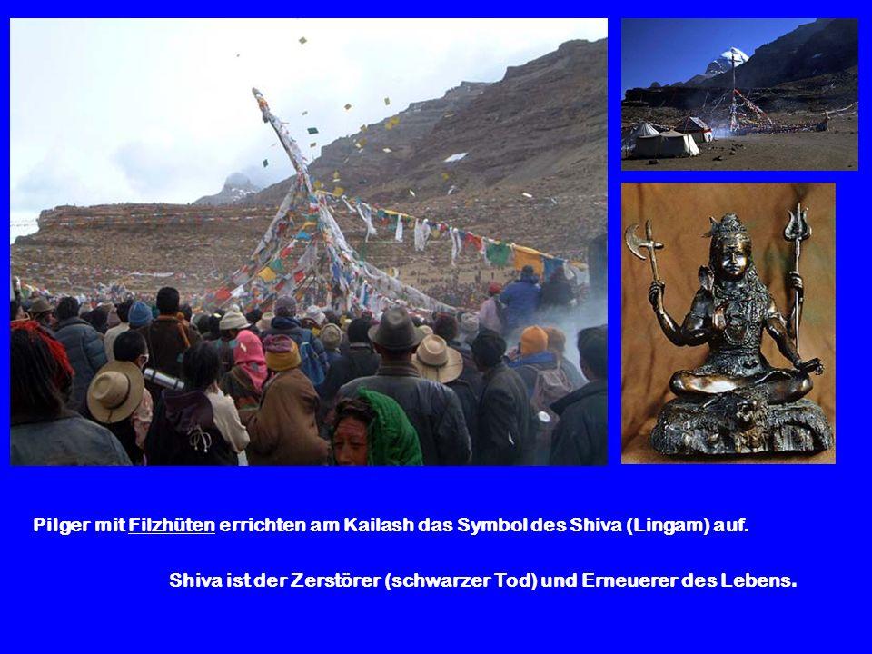 Pilger mit Filzhüten errichten am Kailash das Symbol des Shiva (Lingam) auf. Shiva ist der Zerstörer (schwarzer Tod) und Erneuerer des Lebens.
