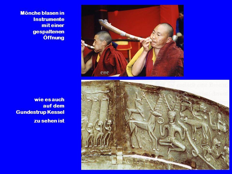Mönche blasen in Instrumente mit einer gespaltenen Öffnung wie es auch auf dem Gundestrup Kessel zu sehen ist
