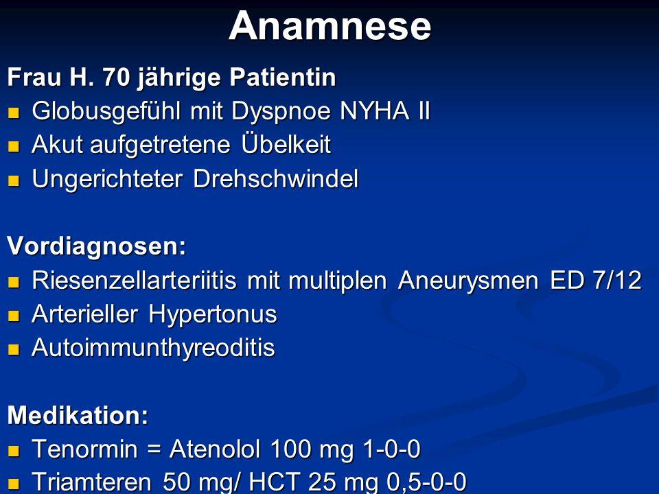 Diagnostik Klinische Untersuchung: abgeschwächte Herzgeräusche, sonst unauffällig Klinische Untersuchung: abgeschwächte Herzgeräusche, sonst unauffällig Normwertige Vitalzeichen, kein Pulsdefizit Normwertige Vitalzeichen, kein Pulsdefizit EKG: normofrequenter Sinusrhythmus, negative T-Wellen V4-V6 und in II und aVF EKG: normofrequenter Sinusrhythmus, negative T-Wellen V4-V6 und in II und aVF Labor: weitestgehend normwertig, LDH 450 U/l Labor: weitestgehend normwertig, LDH 450 U/l D-Dimere 570 ng/ml (<500 ng/ml Norm) D-Dimere 570 ng/ml (<500 ng/ml Norm) Orientierende Sonographie des Abdomens Orientierende Sonographie des Abdomens - unauffällig Blick auf das Herz mit Abdomenschallkopf - ca.