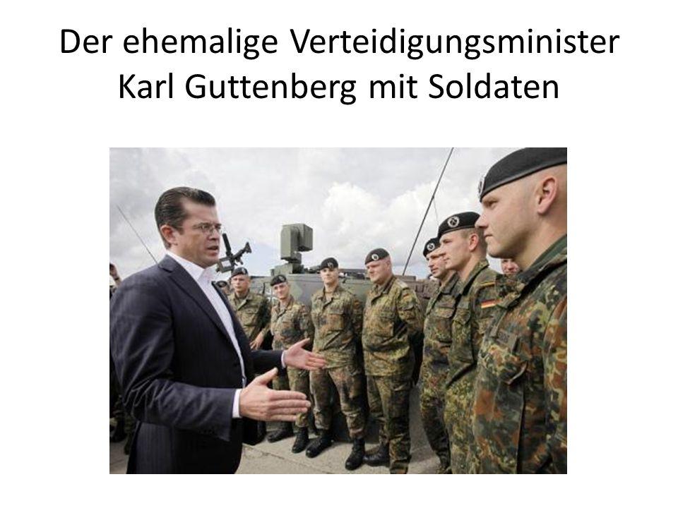 Der ehemalige Verteidigungsminister Karl Guttenberg mit Soldaten