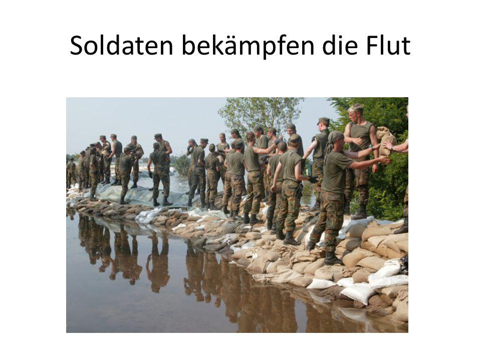 Soldaten bekämpfen die Flut