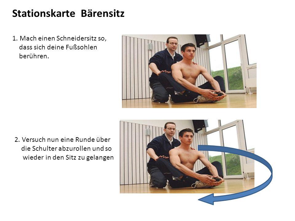 Stationskarte Bärensitz 1. Mach einen Schneidersitz so, dass sich deine Fußsohlen berühren. 2. Versuch nun eine Runde über die Schulter abzurollen und