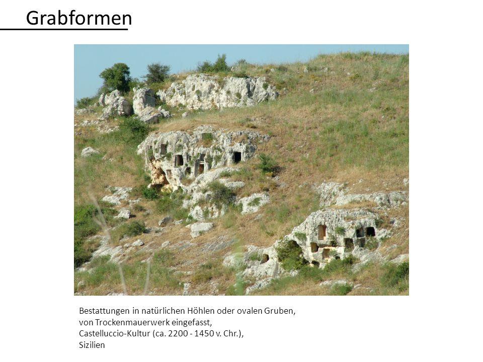 Bestattungen in natürlichen Höhlen oder ovalen Gruben, von Trockenmauerwerk eingefasst, Castelluccio-Kultur (ca. 2200 - 1450 v. Chr.), Sizilien Grabfo
