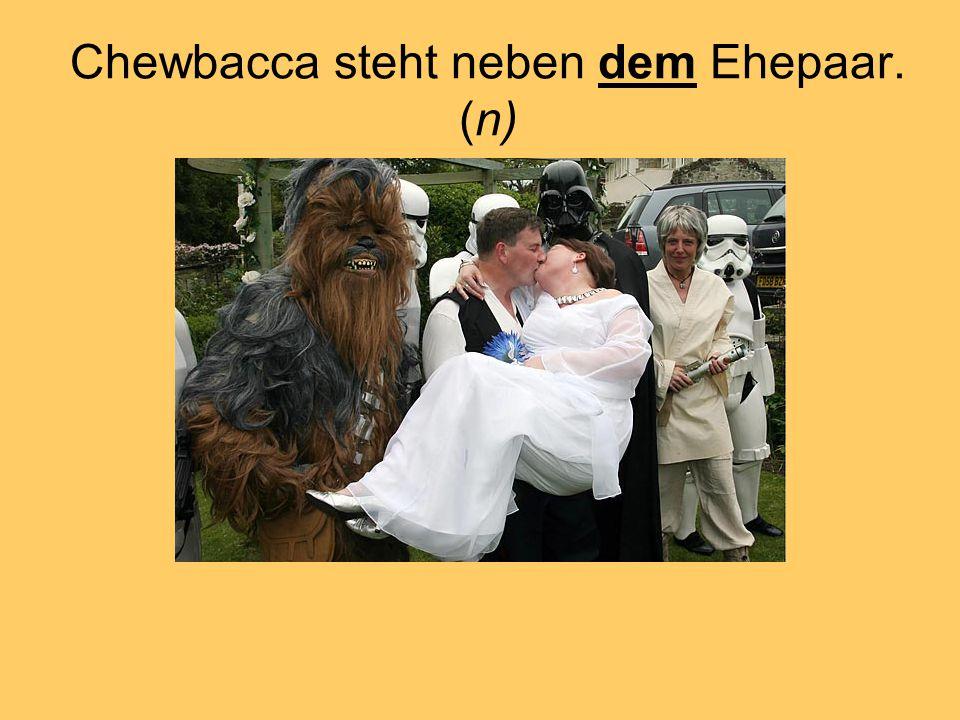 Chewbacca steht neben dem Ehepaar. (n)