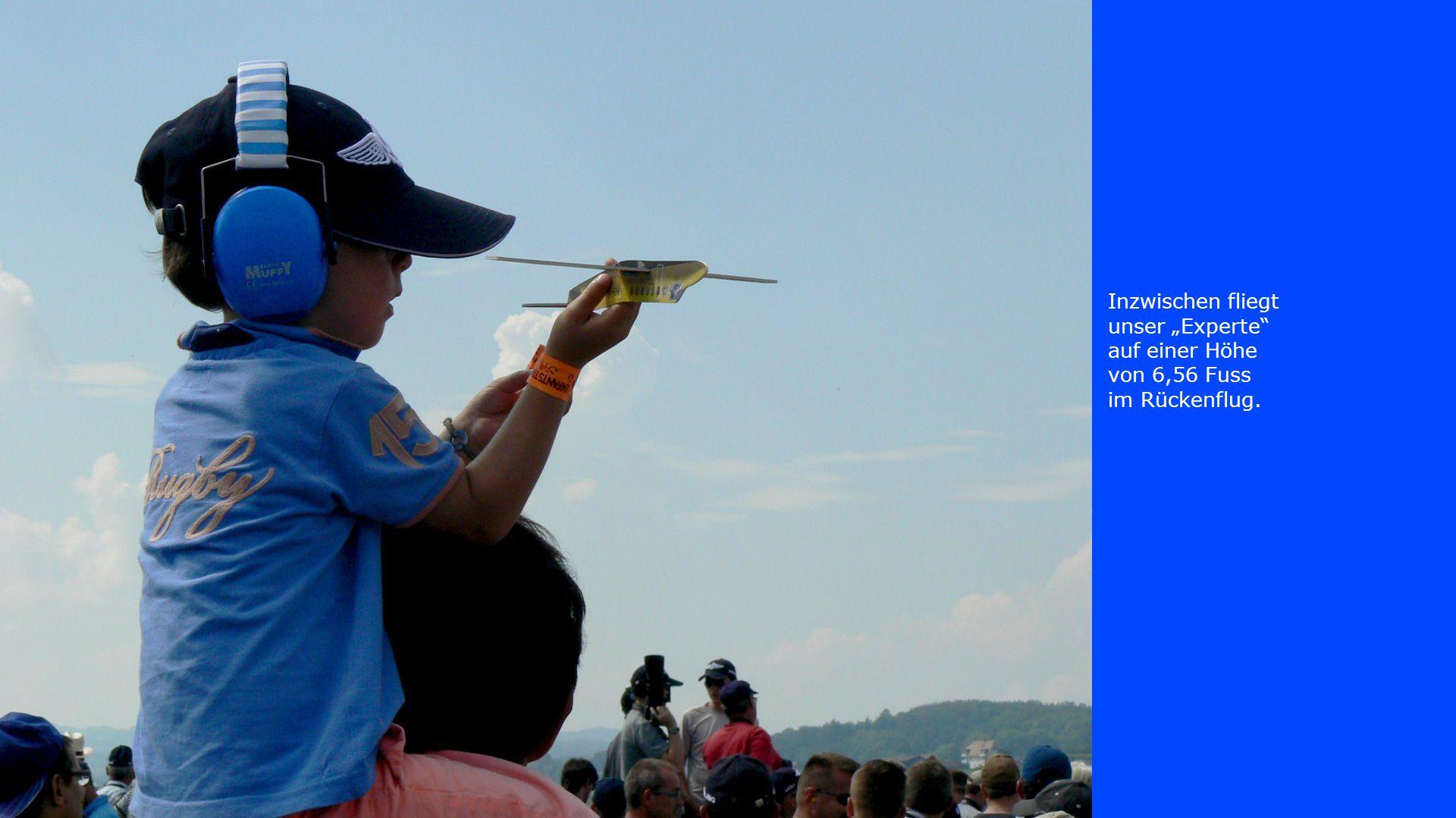 """Inzwischen fliegt unser """"Experte"""" auf einer Höhe von 6,56 Fuss im Rückenflug."""