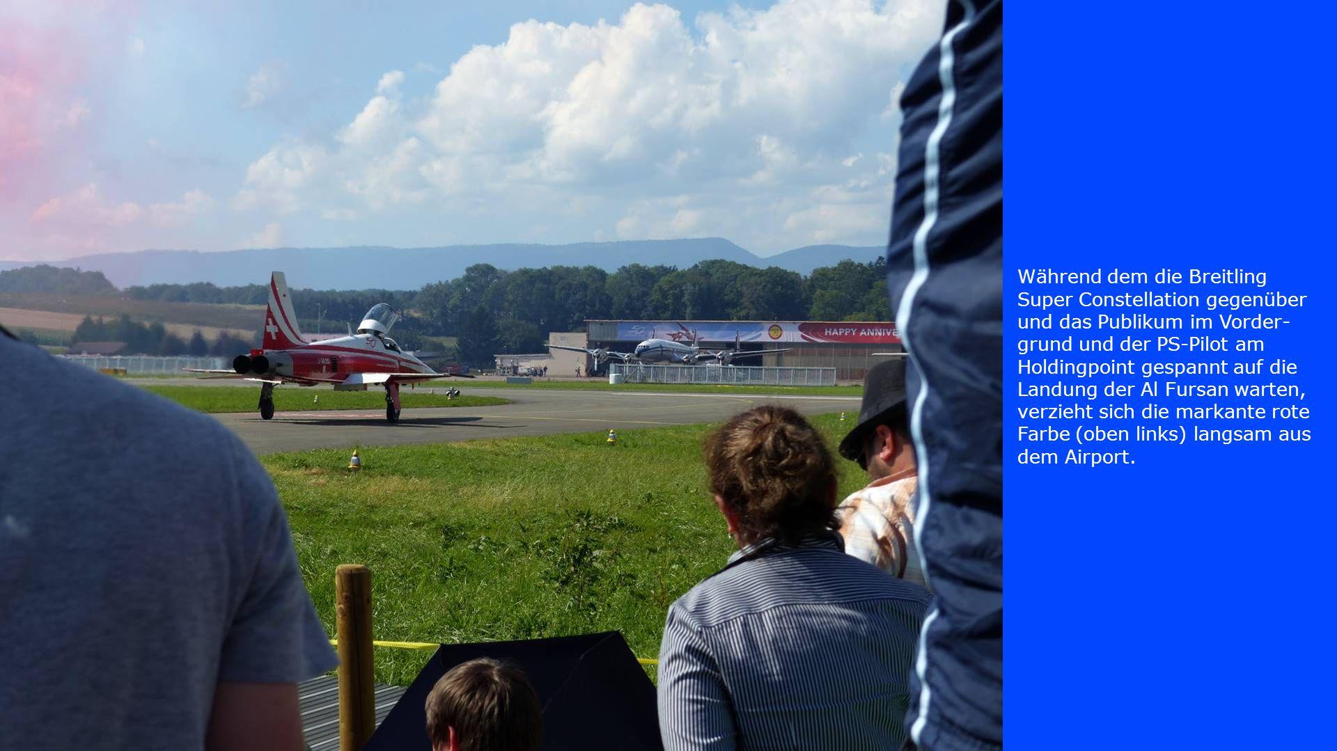 Während dem die Breitling Super Constellation gegenüber und das Publikum im Vorder- grund und der PS-Pilot am Holdingpoint gespannt auf die Landung de