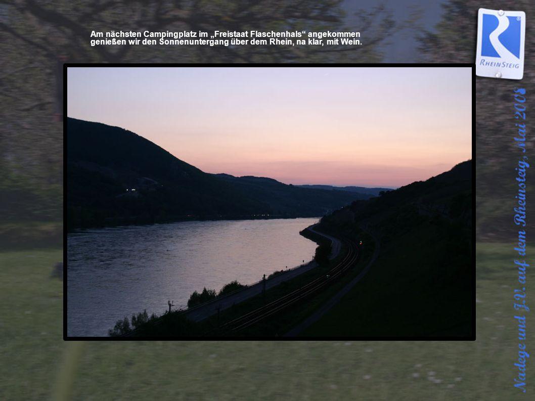 """Am nächsten Campingplatz im """"Freistaat Flaschenhals"""" angekommen genießen wir den Sonnenuntergang über dem Rhein, na klar, mit Wein."""