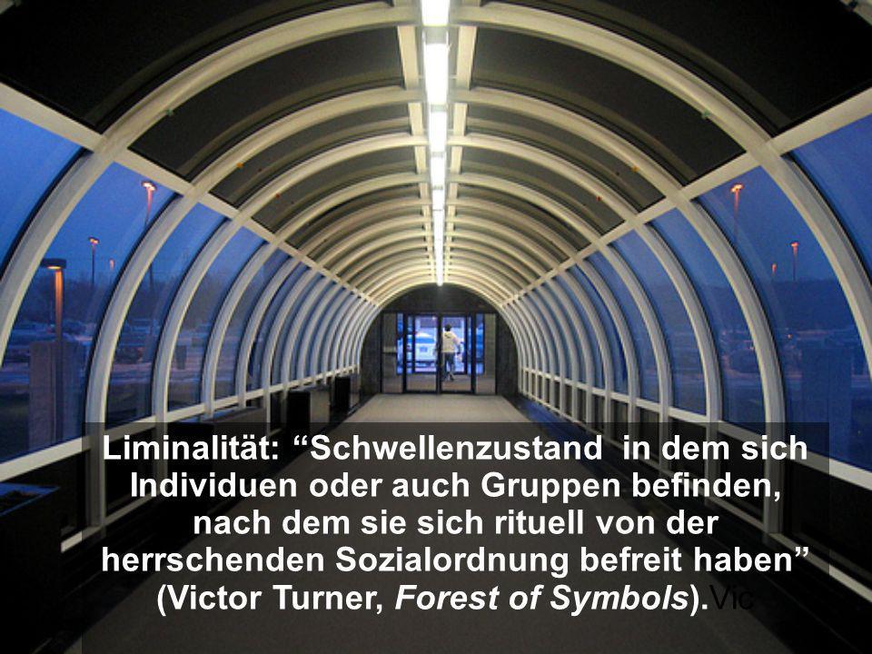 Liminalität: Schwellenzustand in dem sich Individuen oder auch Gruppen befinden, nach dem sie sich rituell von der herrschenden Sozialordnung befreit haben (Victor Turner, Forest of Symbols).Vic