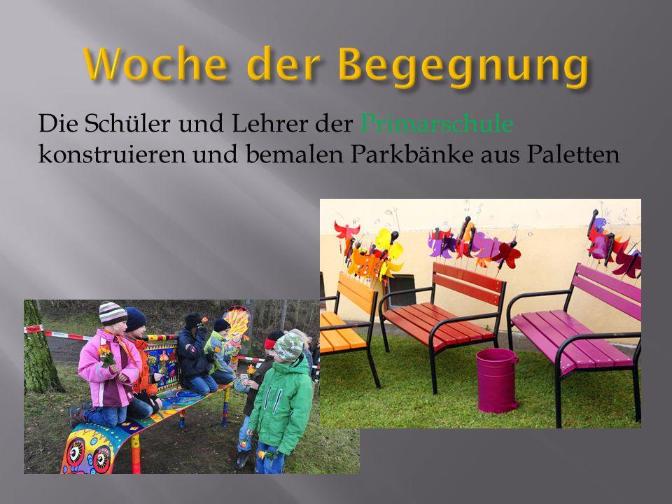 Die Schüler und Lehrer der Primarschule konstruieren und bemalen Parkbänke aus Paletten