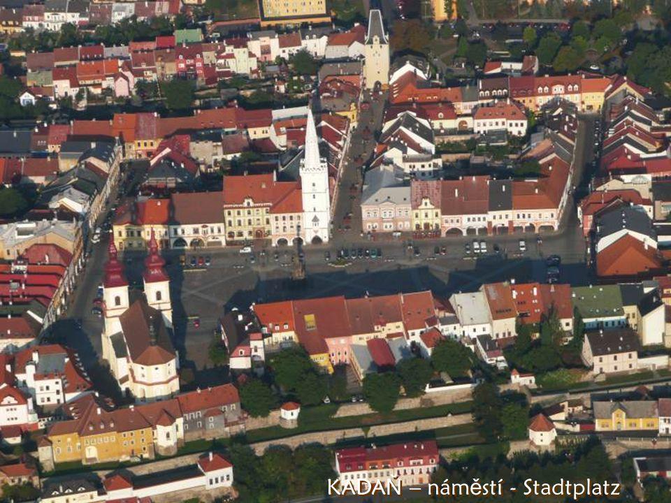 Kada ň a za ní elektrárna Pruné ř ov Im Hintergrund der Stadt Kada ň E-werk Pruné ř ov