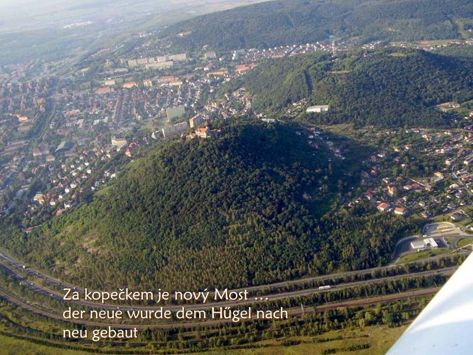Vlevo býval starý Most Links war (ehemal) der alte Most und hinter dem H ű gel wurde der neue gebaut