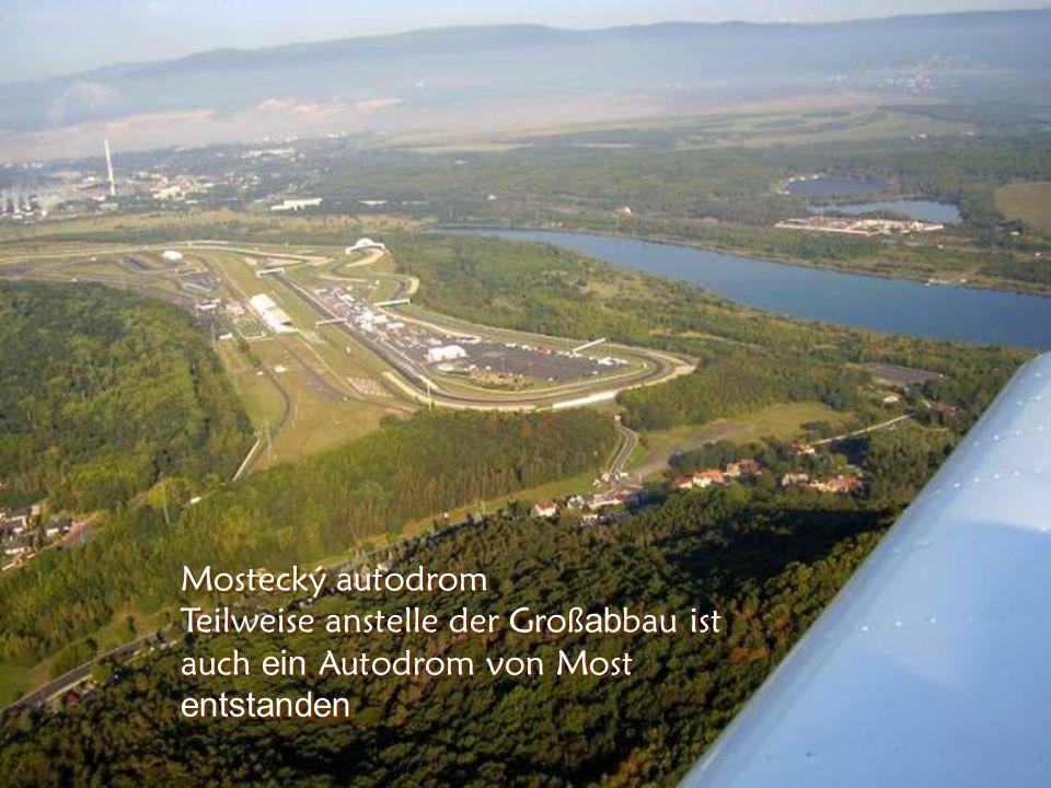 Na míst ě dolu je rekultivované jezero Heute ist anstelle der Groß ab bau s ein rekultivier en See