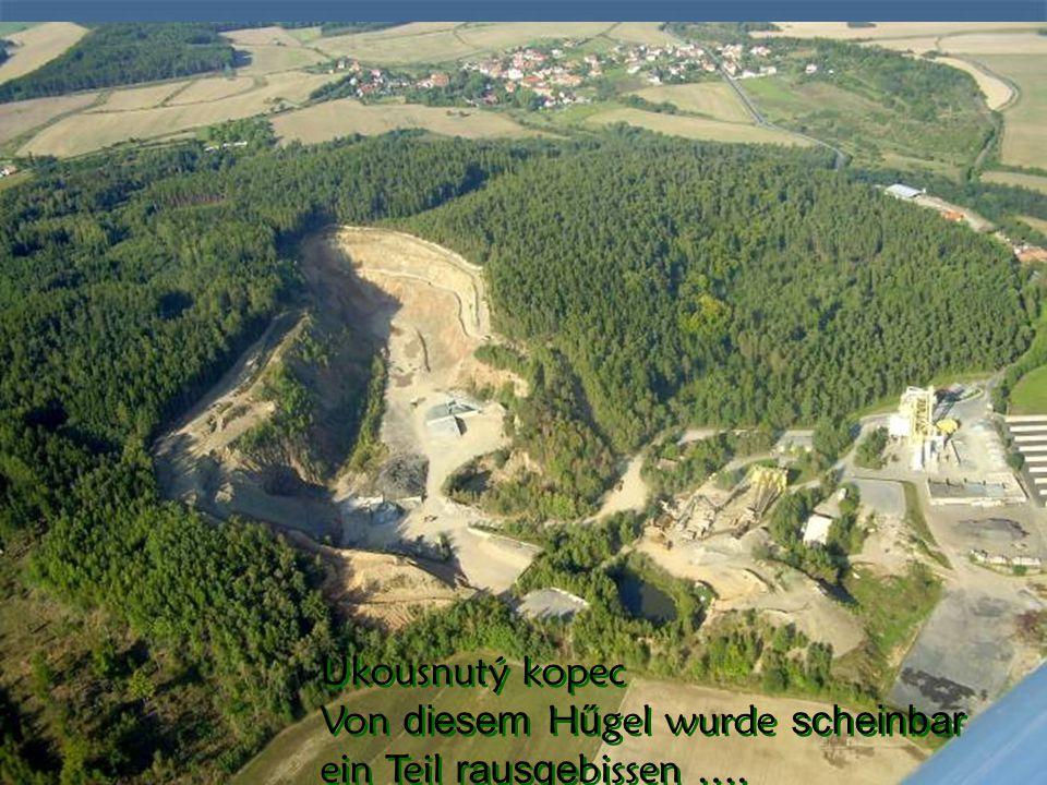 V blízkosti jsou četné chmelnice, ale chmel z chmelnic je už sklizený In der Nahe sehen wir unter uns viele abgeerntete Hopfenfelde,