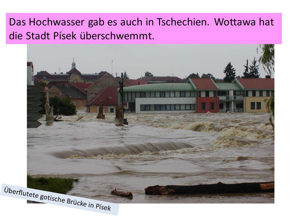 Überflutete gotische Brücke in Písek Das Hochwasser gab es auch in Tschechien.