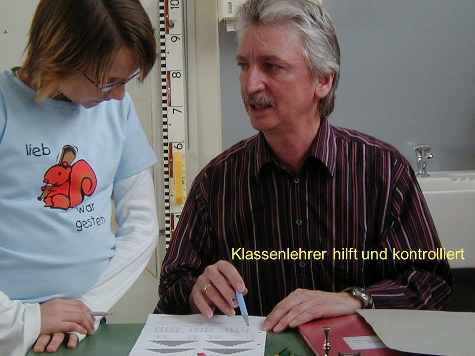 Klassenlehrer hilft und kontrolliert Klassenlehrer gibt Hilfestellung und kontrolliert Klassenlehrer hilft und kontrolliert