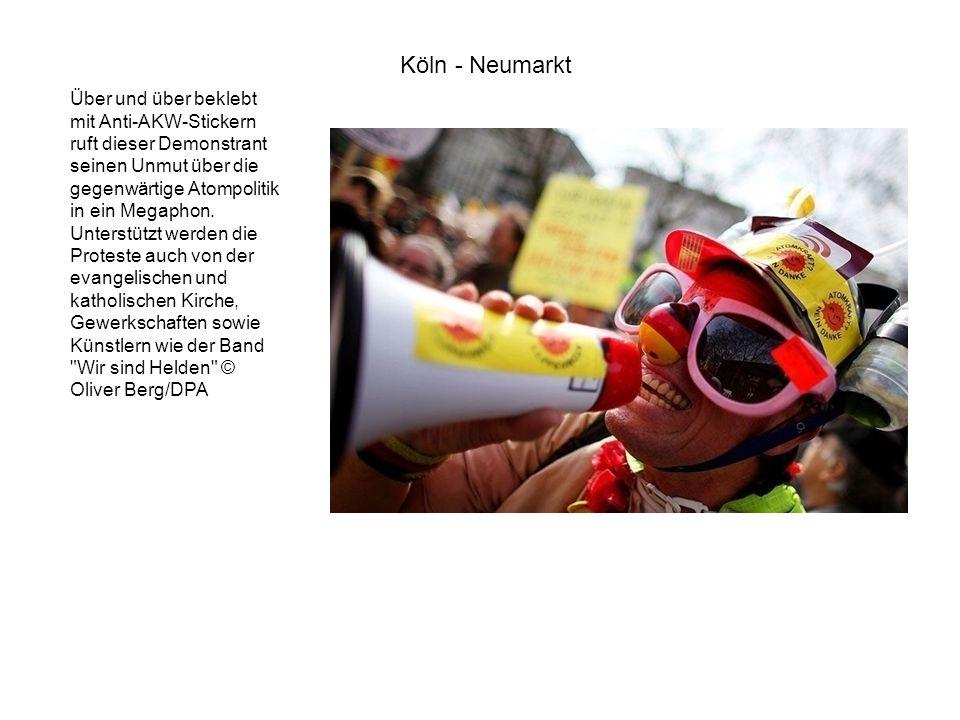 Über und über beklebt mit Anti-AKW-Stickern ruft dieser Demonstrant seinen Unmut über die gegenwärtige Atompolitik in ein Megaphon. Unterstützt werden