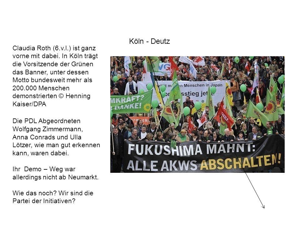 Claudia Roth (6.v.l.) ist ganz vorne mit dabei. In Köln trägt die Vorsitzende der Grünen das Banner, unter dessen Motto bundesweit mehr als 200.000 Me