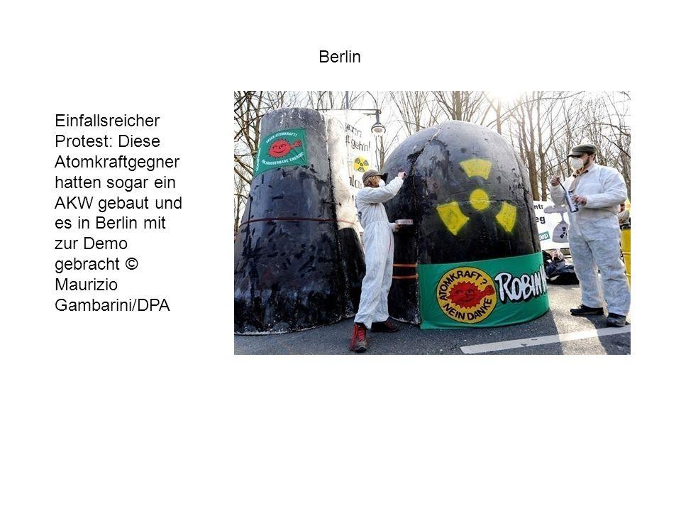 Einfallsreicher Protest: Diese Atomkraftgegner hatten sogar ein AKW gebaut und es in Berlin mit zur Demo gebracht © Maurizio Gambarini/DPA Berlin