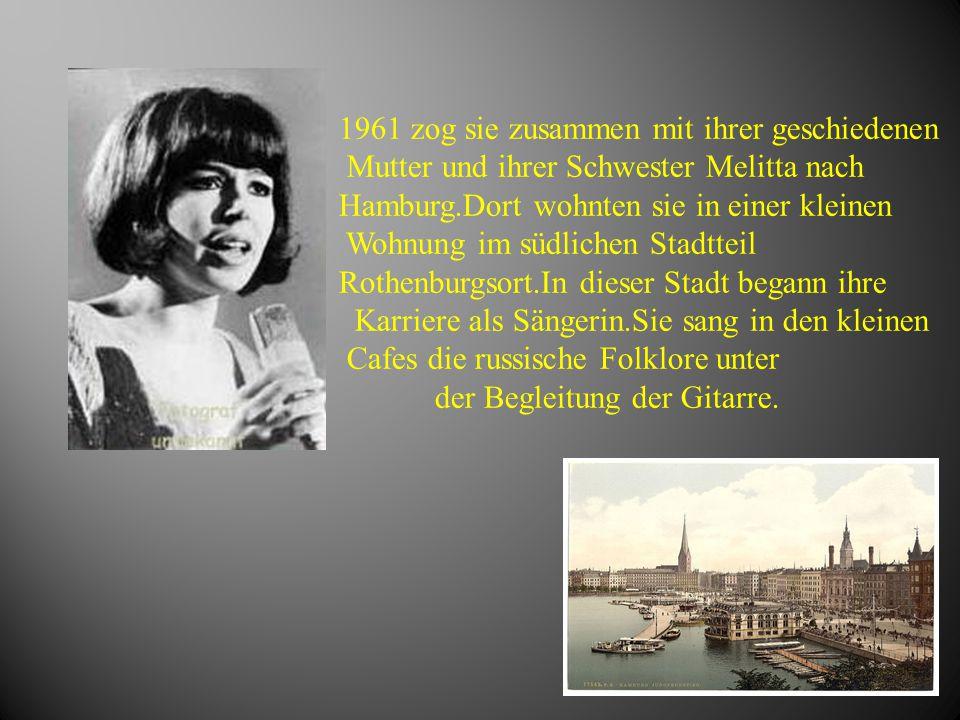 1961 zog sie zusammen mit ihrer geschiedenen Mutter und ihrer Schwester Melitta nach Hamburg.Dort wohnten sie in einer kleinen Wohnung im südlichen St