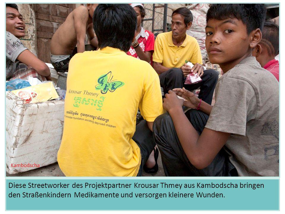 Diese Streetworker des Projektpartner Krousar Thmey aus Kambodscha bringen den Straßenkindern Medikamente und versorgen kleinere Wunden.