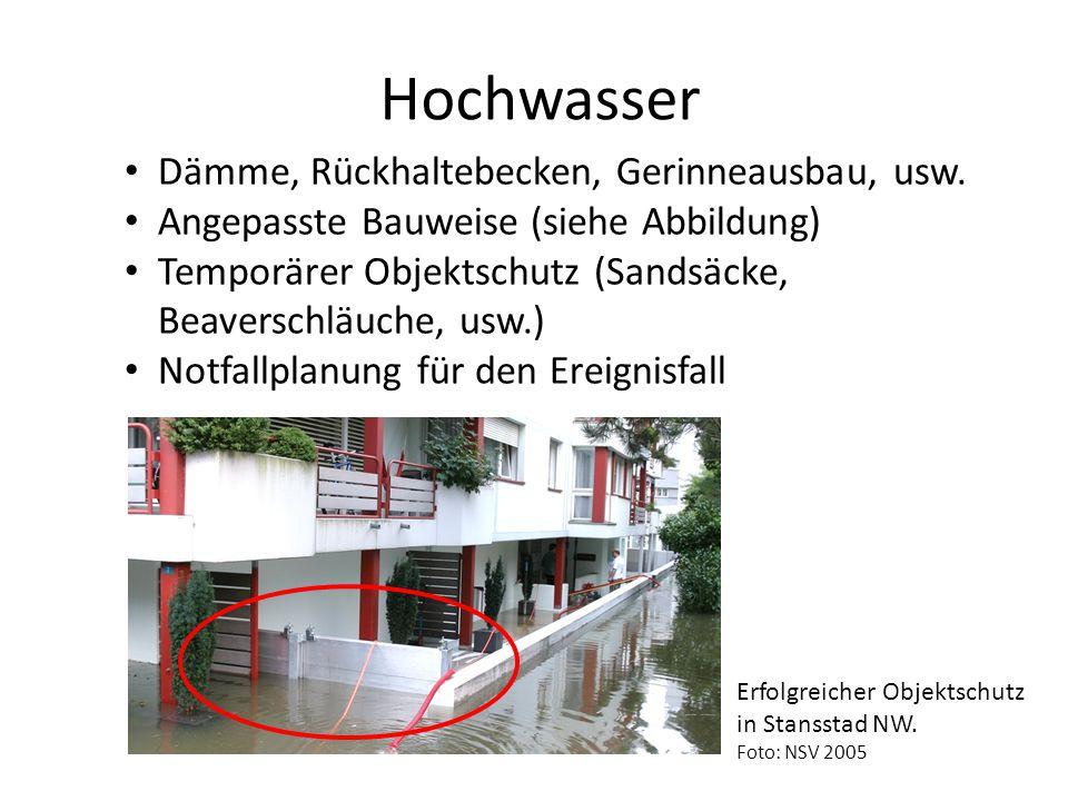 Hochwasser Dämme, Rückhaltebecken, Gerinneausbau, usw. Angepasste Bauweise (siehe Abbildung) Temporärer Objektschutz (Sandsäcke, Beaverschläuche, usw.