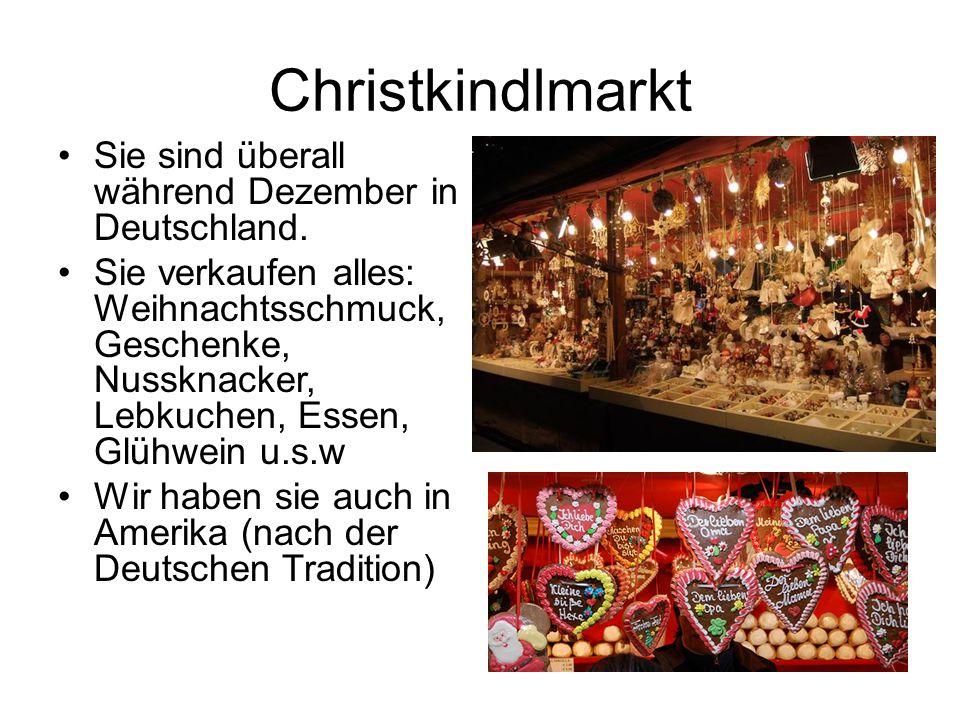Christkindlmarkt Sie sind überall während Dezember in Deutschland. Sie verkaufen alles: Weihnachtsschmuck, Geschenke, Nussknacker, Lebkuchen, Essen, G
