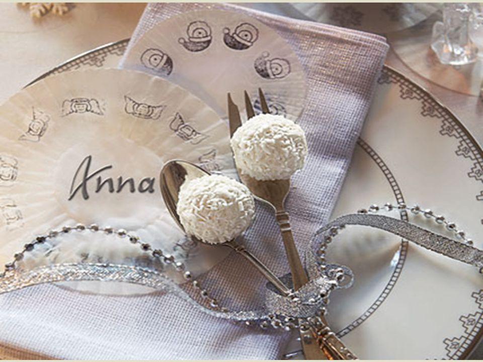   Winterlich und festlich sieht die Tischdekoration aus, wenn Sie Silber mit Weiß kombinieren.