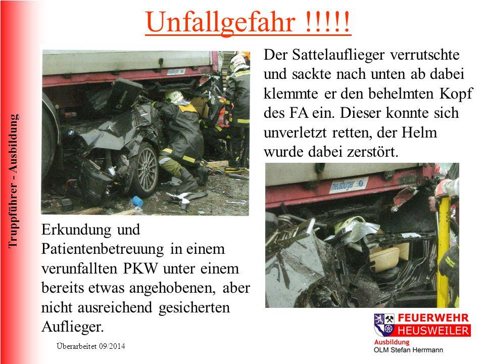 Truppführer - Ausbildung Überarbeitet 09/2014 Unfallgefahr !!!!! Der Sattelauflieger verrutschte und sackte nach unten ab dabei klemmte er den behelmt