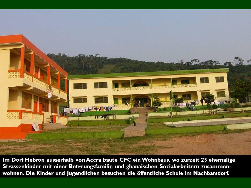 Im Dorf Hebron ausserhalb von Accra baute CFC ein Wohnbaus, wo zurzeit 25 ehemalige Strassenkinder mit einer Betreungsfamilie und ghanaischen Sozialarbeitern zusammen- wohnen.