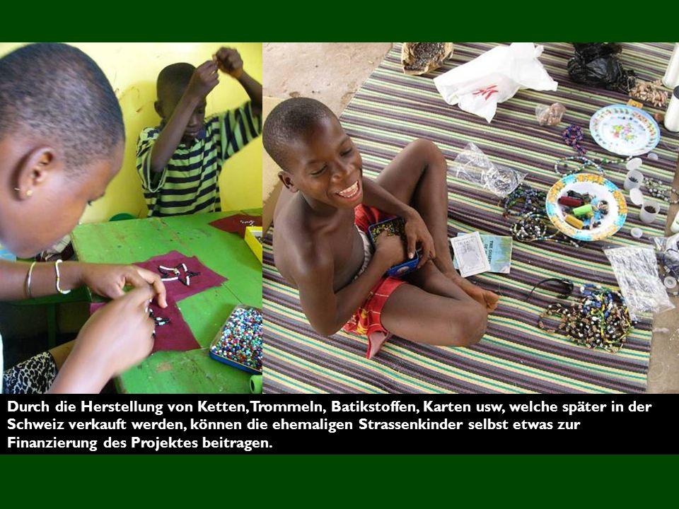 Durch die Herstellung von Ketten, Trommeln, Batikstoffen, Karten usw, welche später in der Schweiz verkauft werden, können die ehemaligen Strassenkinder selbst etwas zur Finanzierung des Projektes beitragen.
