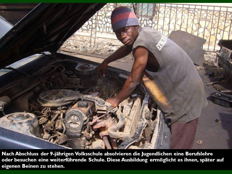 Nach Abschluss der 9-jährigen Volksschule absolvieren die Jugendlichen eine Berufslehre oder besuchen eine weiterführende Schule.