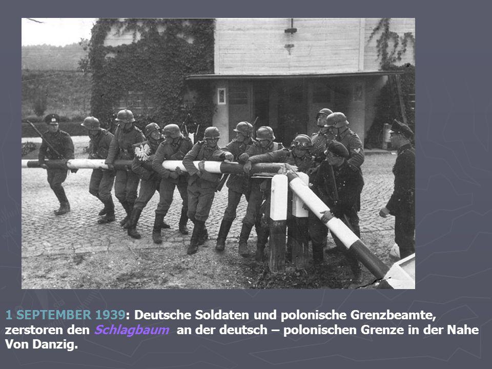1 SEPTEMBER 1939: Deutsche Soldaten und polonische Grenzbeamte, zerstoren den Schlagbaum an der deutsch – polonischen Grenze in der Nahe Von Danzig.