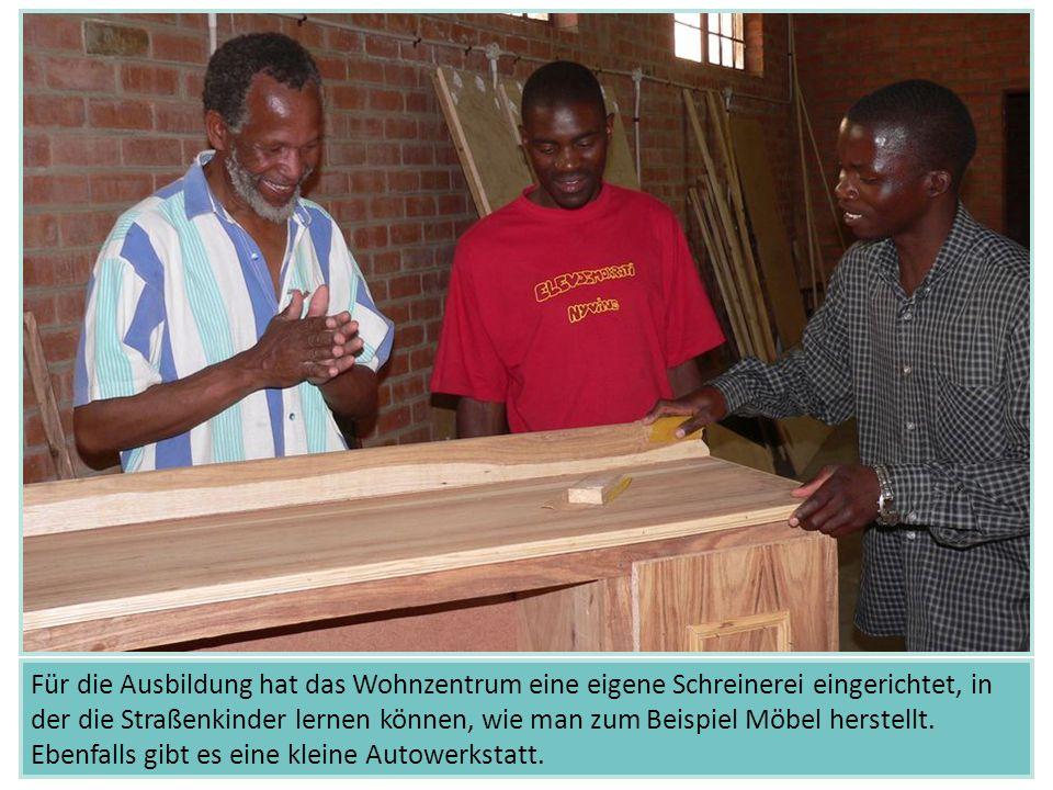 Für die Ausbildung hat das Wohnzentrum eine eigene Schreinerei eingerichtet, in der die Straßenkinder lernen können, wie man zum Beispiel Möbel herste