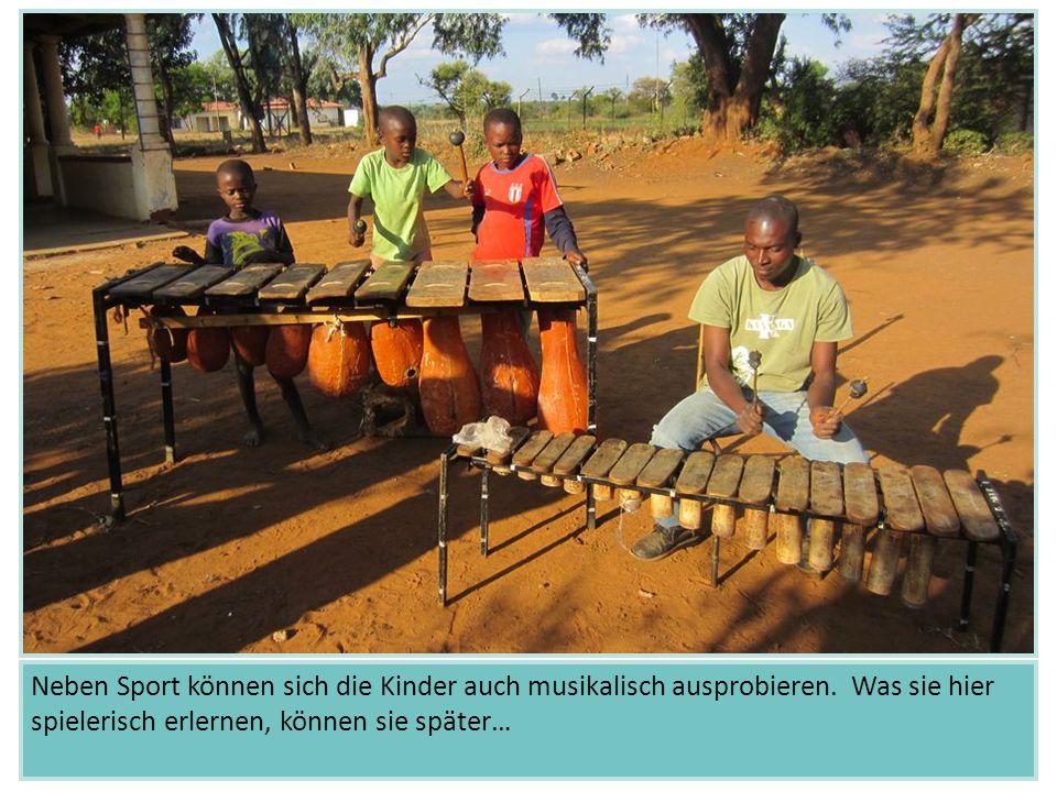 Neben Sport können sich die Kinder auch musikalisch ausprobieren. Was sie hier spielerisch erlernen, können sie später…