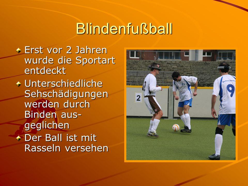 Blindenfußball Erst vor 2 Jahren wurde die Sportart entdeckt Unterschiedliche Sehschädigungen werden durch Binden aus- geglichen Der Ball ist mit Rass