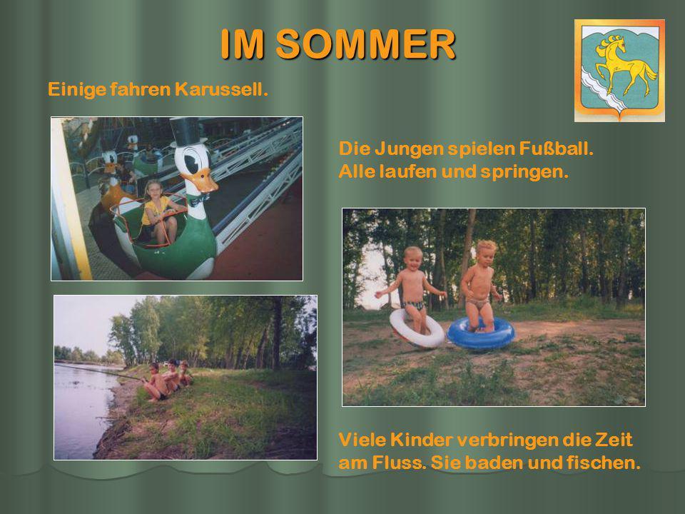 IM SOMMER Viele Kinder verbringen die Zeit am Fluss. Sie baden und fischen. Einige fahren Karussell. Die Jungen spielen Fußball. Alle laufen und sprin