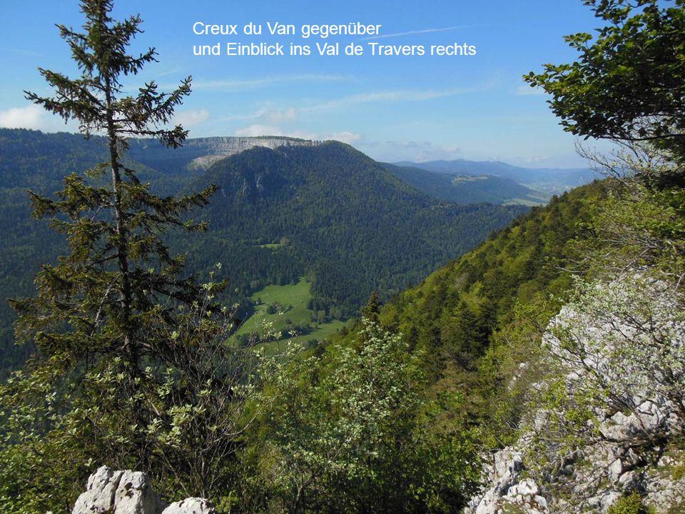 Creux du Van gegenüber und Einblick ins Val de Travers rechts