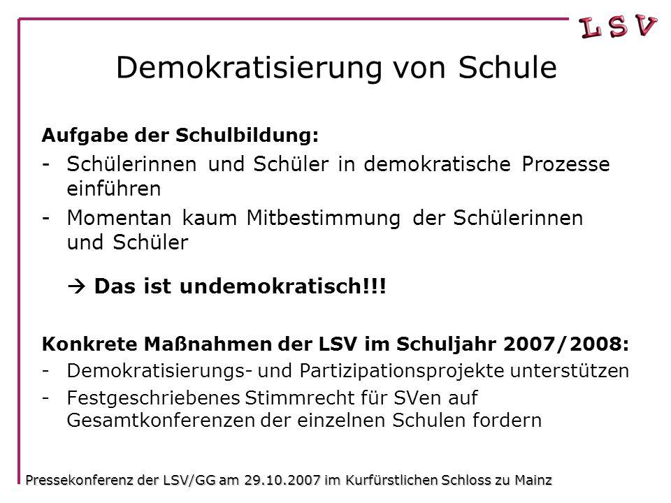 Demokratisierung von Schule Aufgabe der Schulbildung: -Schülerinnen und Schüler in demokratische Prozesse einführen -Momentan kaum Mitbestimmung der Schülerinnen und Schüler  Das ist undemokratisch!!.