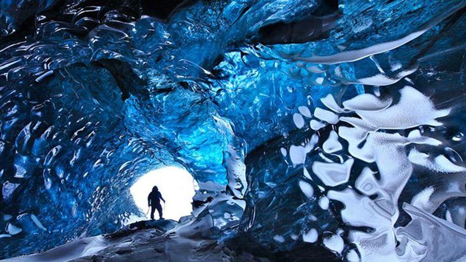 Vatnajökull - Gletscher ist der größte Gletscher in ganz Europa. Im Gletscher entsteht ein Schmelz Eiswasser und damit werden Höhlen gebildet. Da die