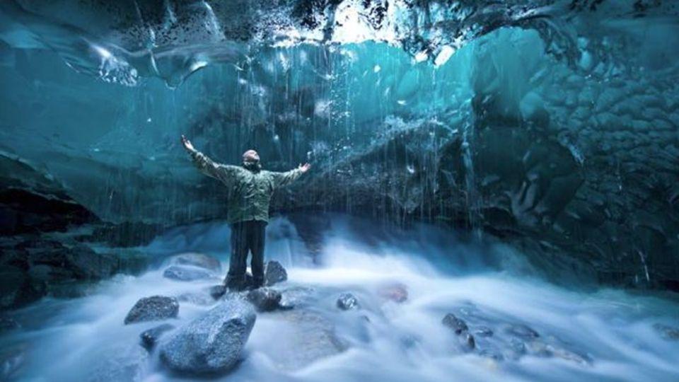 Gefährliche Schönheit Eine weiterere spektakuläre Eishöhle ist diese Höhle des Mendenhall Gletscher in Alaska. Aus Schmelz Eiswasser geschnitzt, aber