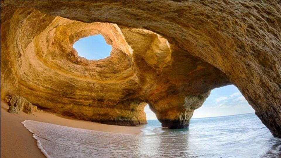 Dieser Bereich, der Region Algarve, sind Felsformationen, enstanden durch die Wassererosion. Diese speziellen Höhlen können nur von Wasser erreicht we