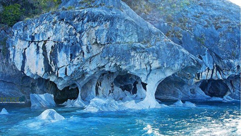 Wer die Marmorhöhlen von Patagona betritt, erblickt unglaubliche Reflexionen aus dem türkisfarbenen Wasser, auf der weißen Marmor Decke welche wie hin