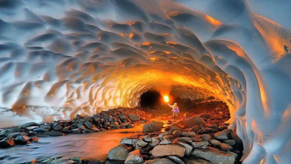 Unglaubliche Eishöhlen wie diese befinden sich in Gletschern umliegenden Vulkane. Durch Lüftungsöffnungen Freisetzung von Wärme und Gase in das Eis, e